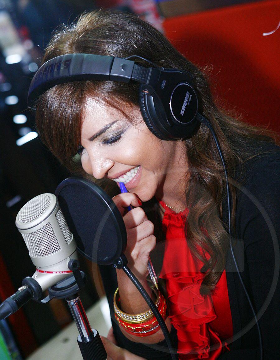 ريما نجيم في الاستديو الإذاعي صباحاً حاضرة بكل أنوثتها مع ماكياج خفيف