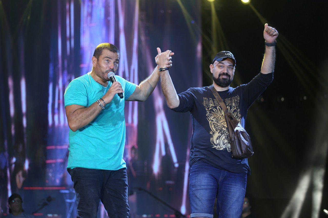 عمرو دياب يشكر الشاعر خالد تاج الدين على المسرح