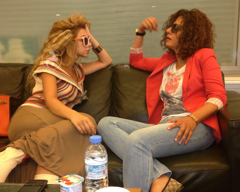 ميريام فارس وشقيقتها الكبرى رلى في مطار بيروت الصورة من أرشيف الجرس