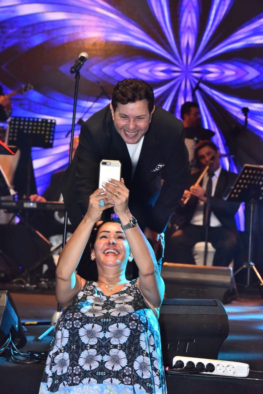 هاني شاكر وسلفي مع إحدى معجباته