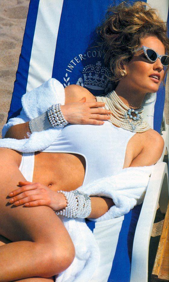 الشيخة موزة تشيه بريجيت باردو في هذه الصورة