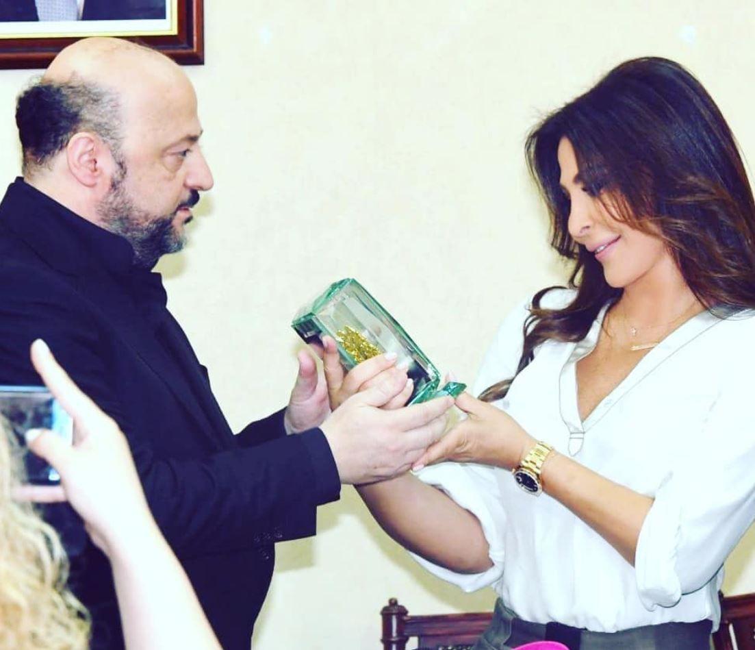 وزير الاعلام اللبناني يقدم درعا لإليسا - بالفيديو