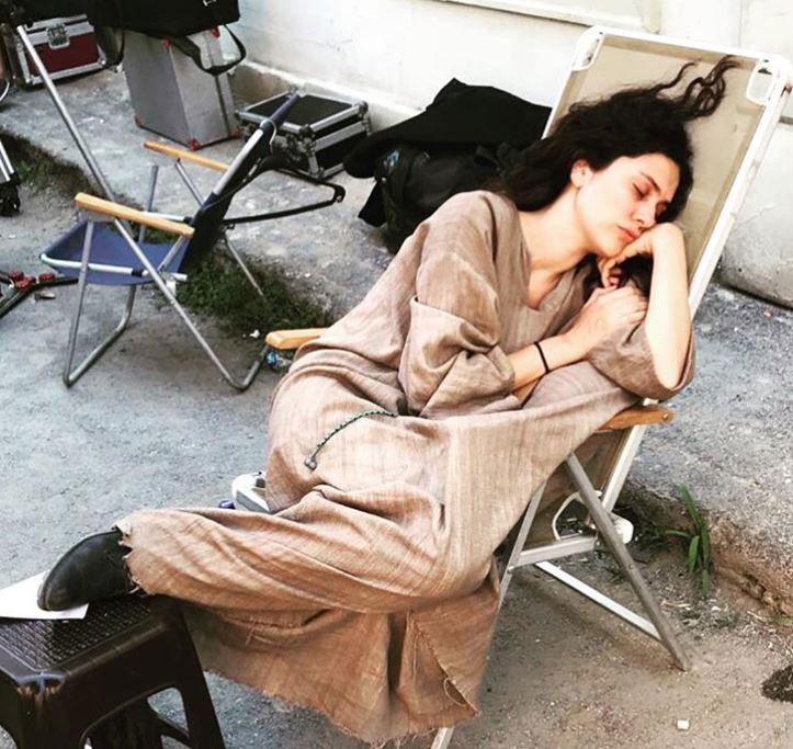 برجوزار كوريل تنام في موقع التصوير