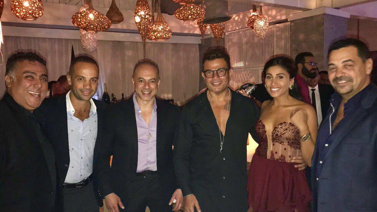 عمرو دياب ودينا الشربيني والعريس محمد إمام وعروسه والأصدقاء في اليونان