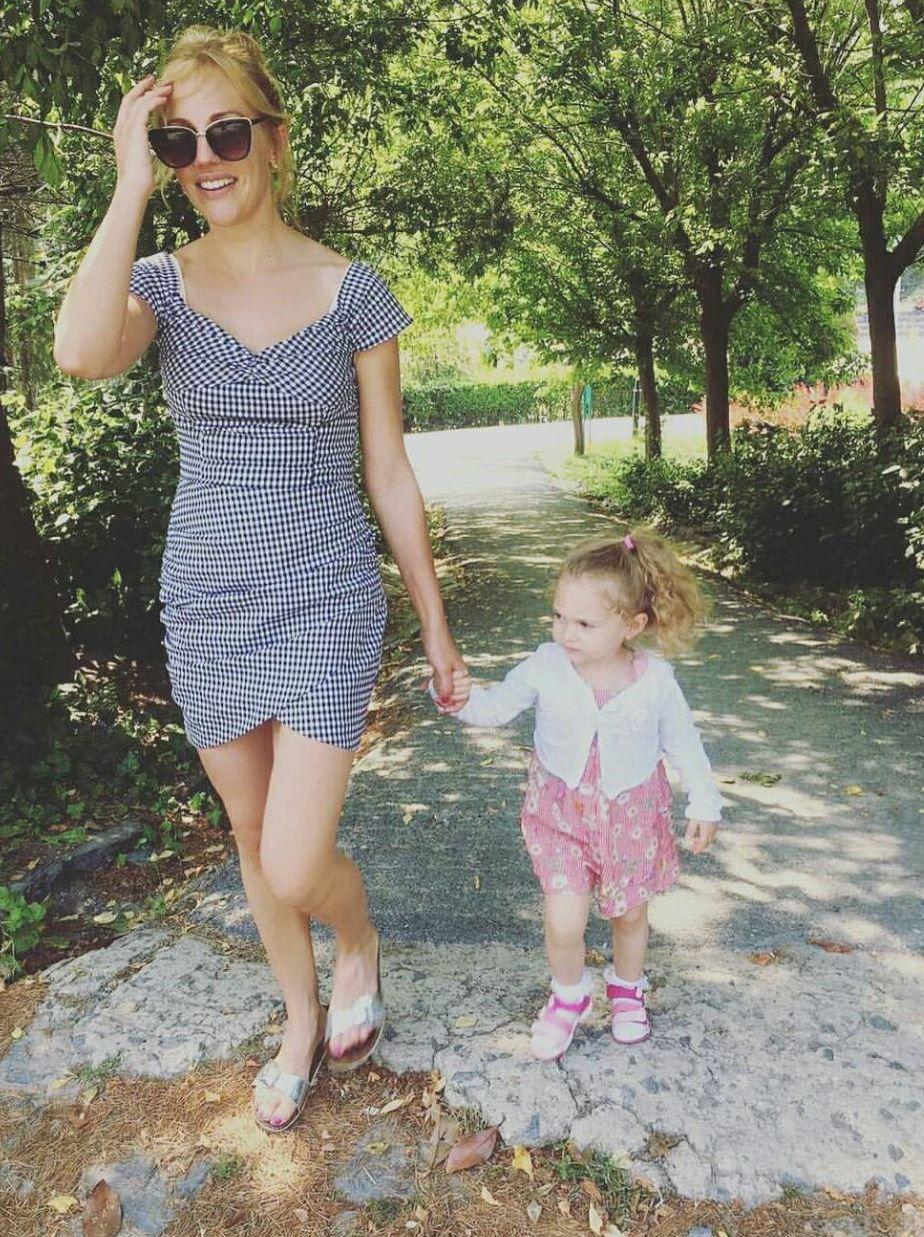 ميريام أورزلي مع ابنتها بدون ماكياج قبل سنوات