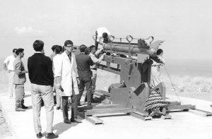 مانوك مانوكيان مخترع الصاروخ في لبنان مع فريق عمله