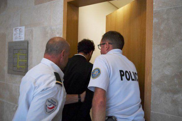 وسائل الاعلام الفرنسية نشرت صورة لصاحب اغنية (المعلم) اتناء اقتياده من قبل شرطيين الى السجن