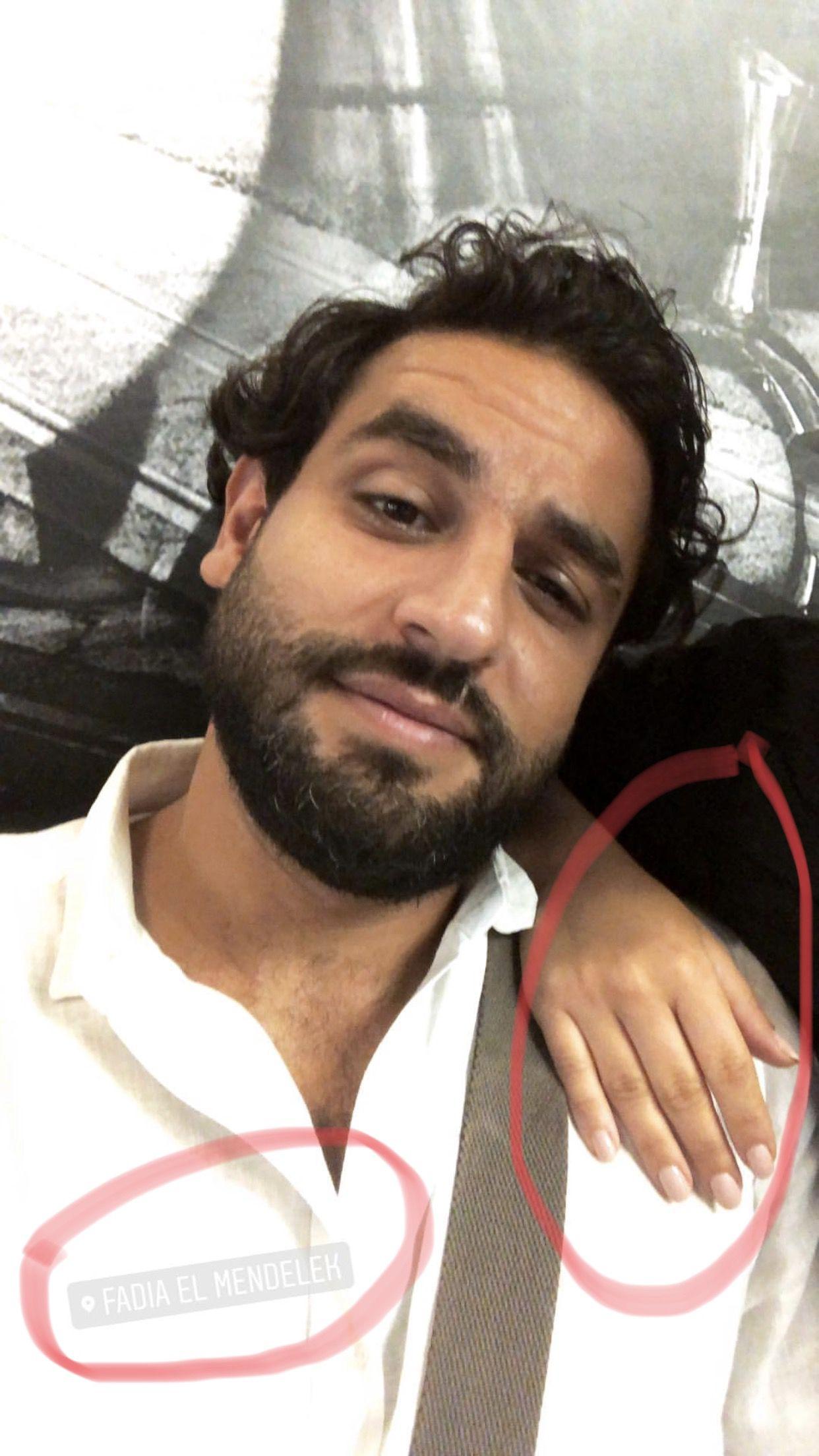 أنس نصري ينشر صورة له مع فتاة تضع يدها على كتفه في صالون فاديا مندلق لنتأكد بأنها مايا من خلال طلاء الأظافر