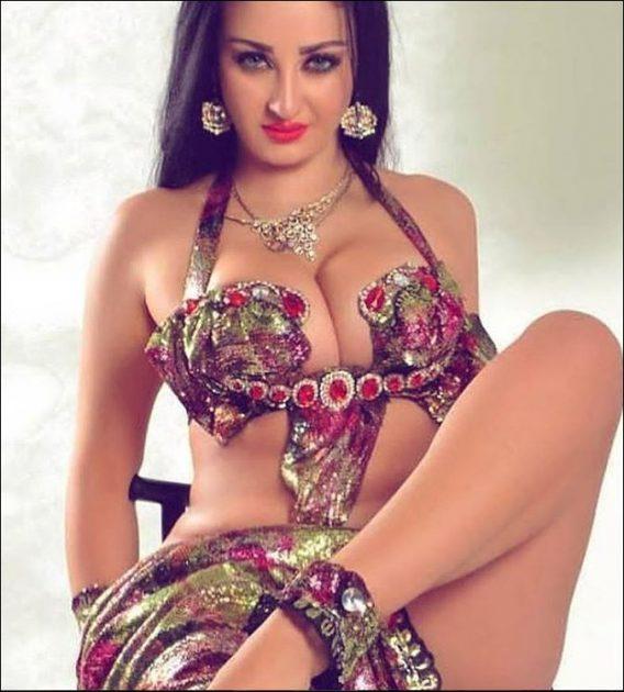 صافيناز تهز صدرها وتساهم بنشر كورونا في مصر