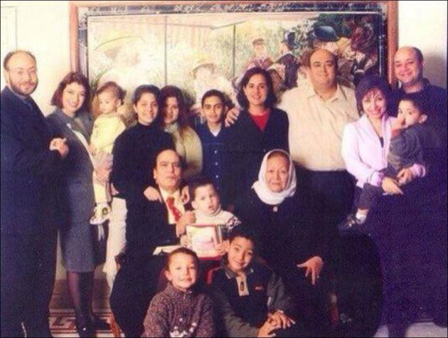 لميس الحريري تحمل ابنها وإلى جانبها زوجها عمرو أديب وسلفها عمرو الدين أديب والعائلة