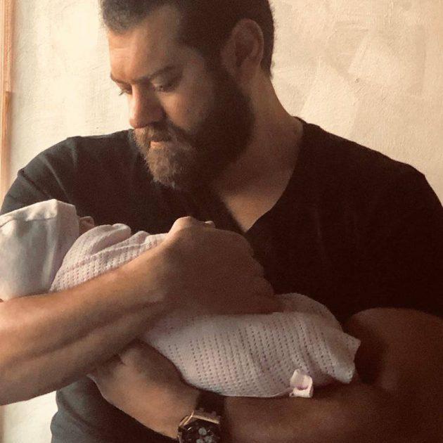 عمرو يوسف يحمل ابنته الأولى من زوجته كندة علوش