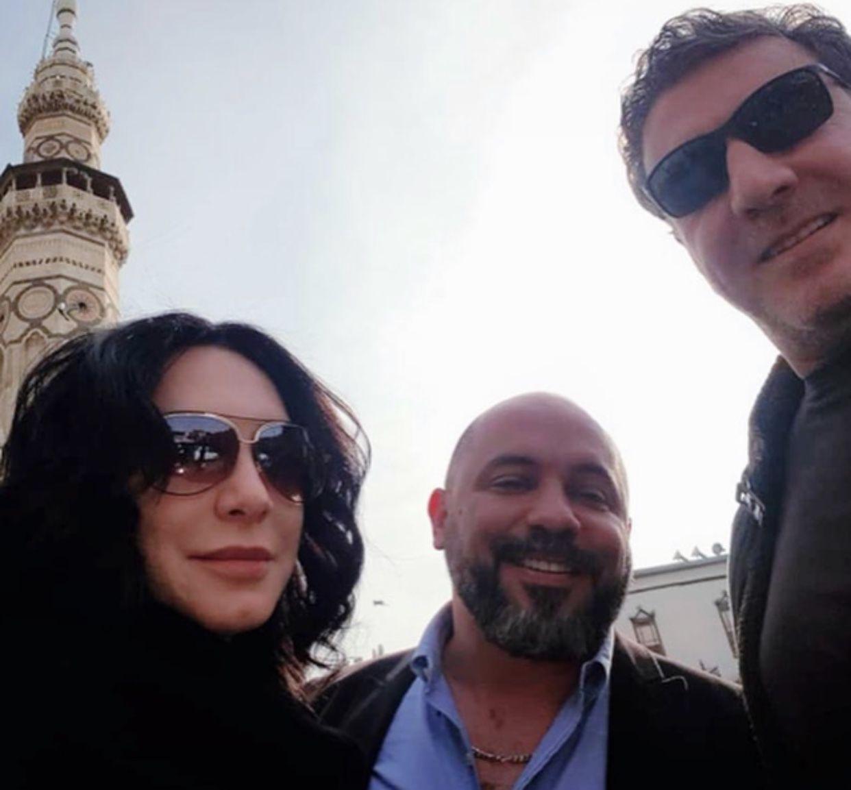 سلاف فواخرجي مع زوجها وائل رمضان وصديقهما