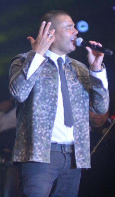 عمرو دياب بدبلة دينا الشربيني في الحفل - صور
