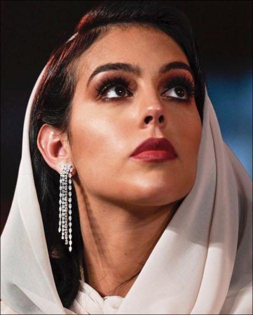 زوجة كريستيانو بالقفطان الجزائري وتغطي رأسها - صور