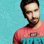 فنان سعودي يرفع شعار المثليين ويضع الأقراط