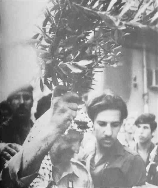 ياسر عرفات يغادر بيروت رافعاً غصن الزيتون