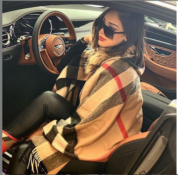 زوجة تامر حسني تستعرض فخامة سيارتها - صورة