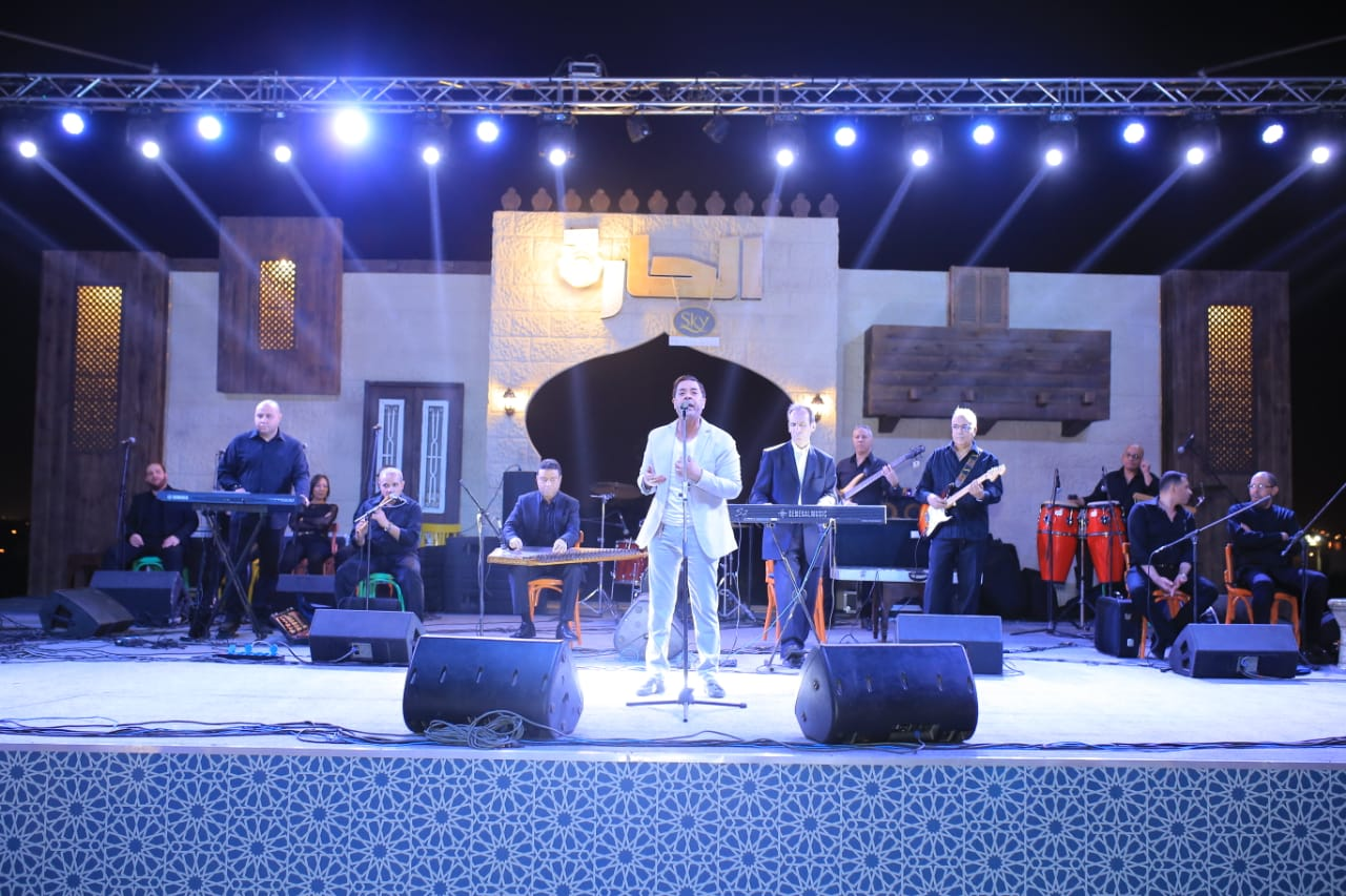 مدحت صالح صعد المسرح مع فرقته الموسيقية