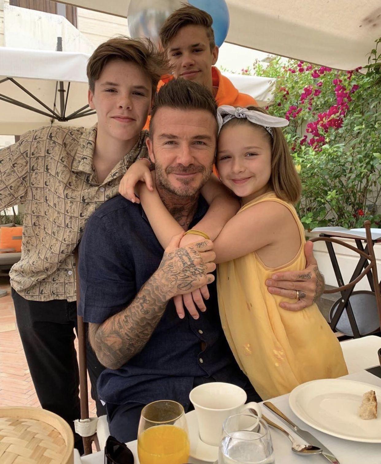 الصورة التي نشرتها فيكتوريا بيكهام لزوجها وأبنائها