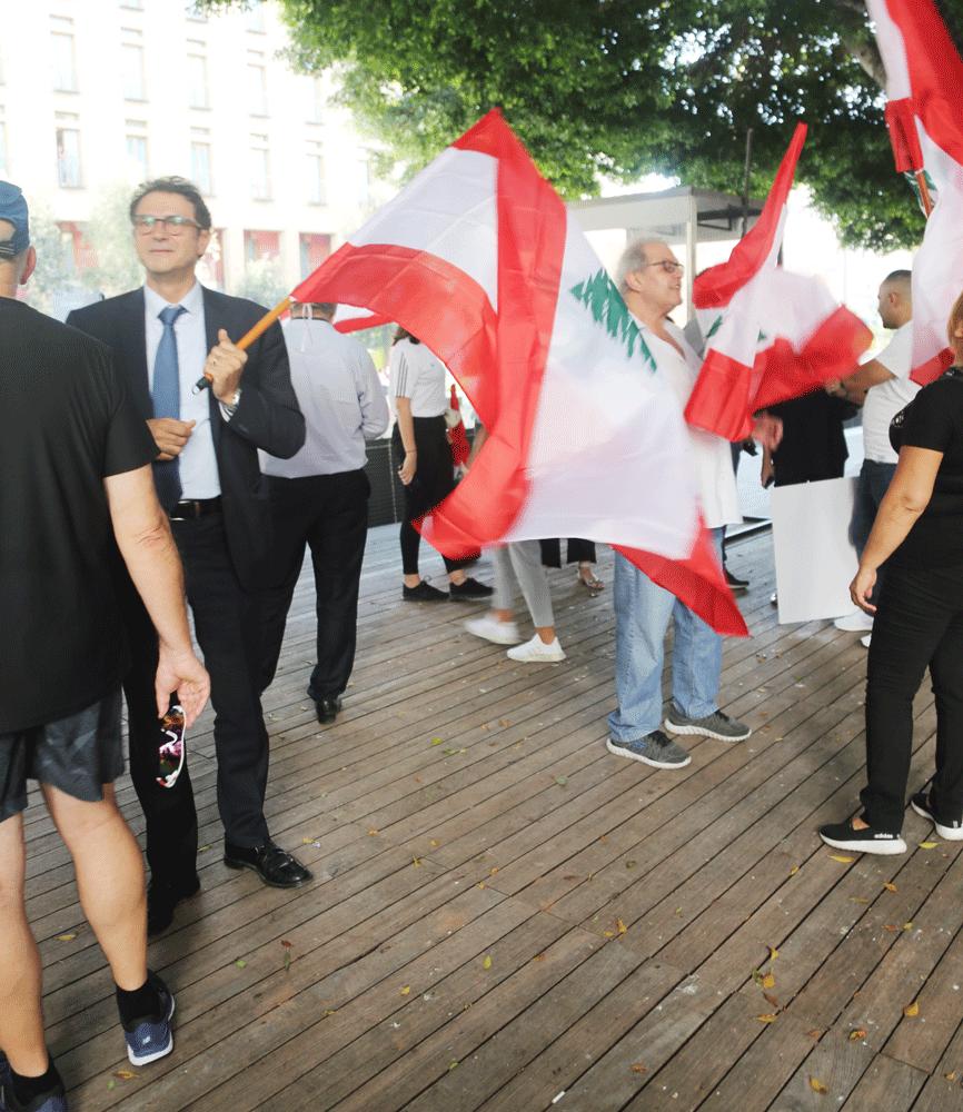 المعتصمون يرفعون العلم اللبناني فقط