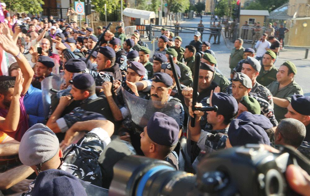 القوى الأمنية تمنع المتظاهرين من دخول بلدية بيروت
