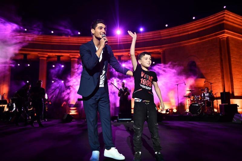 محمد عساف استقبل طفلًا على المسرح