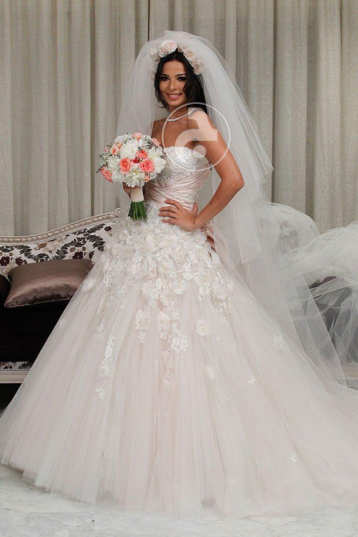 نادين نجيم تستعرض فستان زفافها