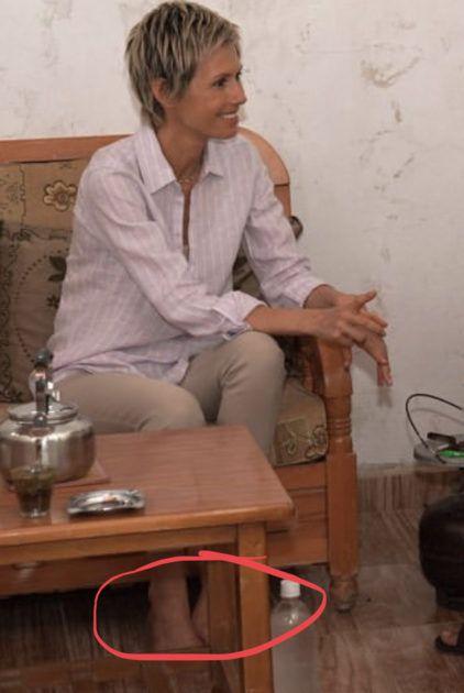 أسماء الأسد حافية القدمين