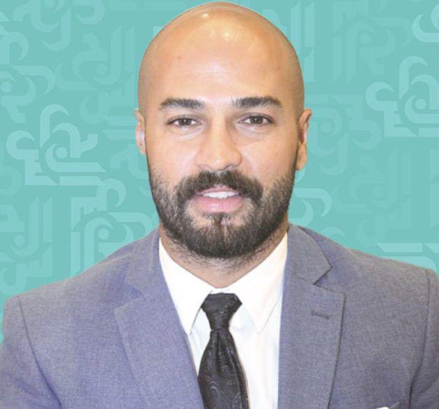 وسام حنا عاريًا على السرير مع قطته - فيديو
