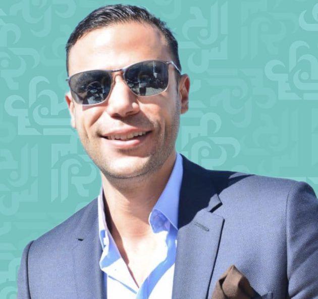 محمد إمام يستعرض عضلاته أمام البحر - فيديو