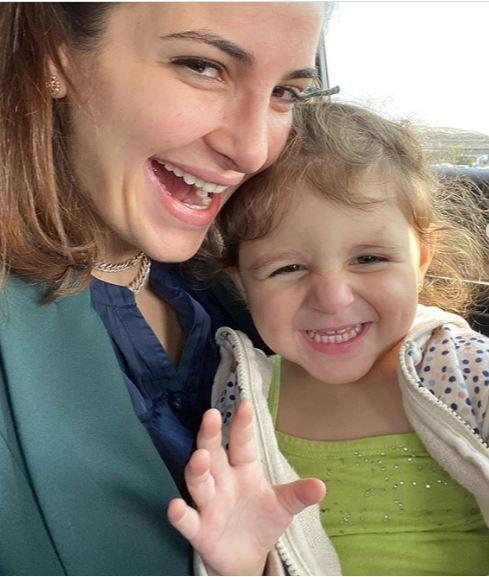 الذهبي واختها - شام الذهبي عادت لوالدتها أيمن والتقت بأختها لأول مرة – صورة