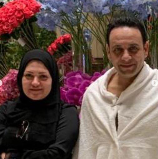 مصطفى قمر مع زوجته الثانية المحجبة صورة مجلة الجرس