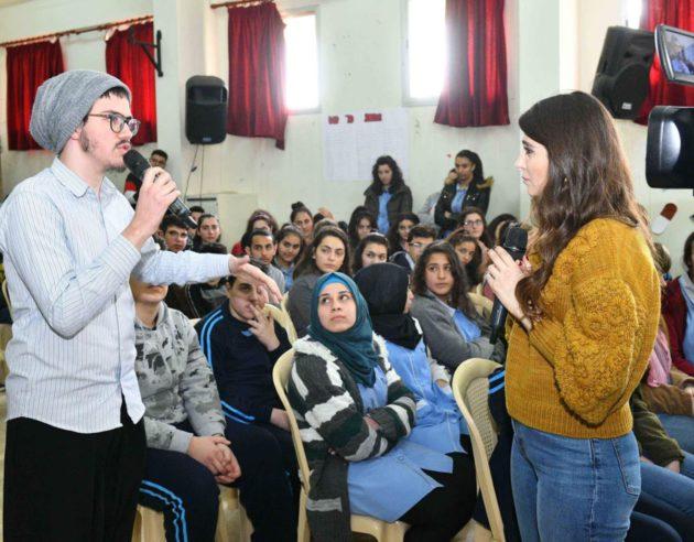 السيدة أيناس مع الطلبة وينظم إليهم جوزيف عطية (2)