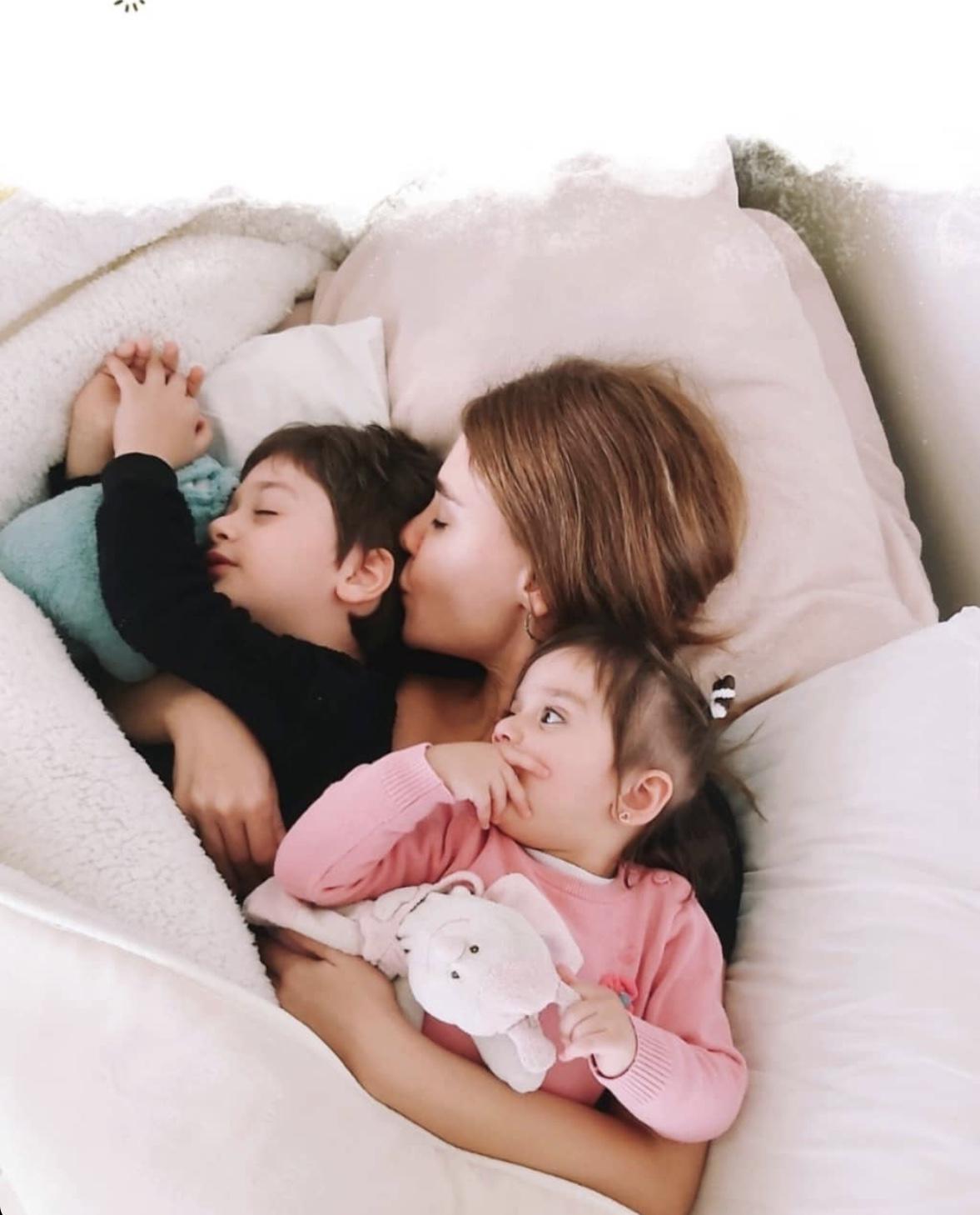 داليدا عياش نائمة بين طفليها