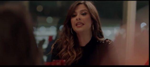 يامسين عبد العزيز وجهها خاليًا من التجميل