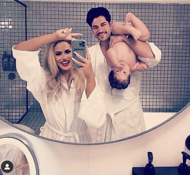 بوراك بروب الاستحمام مع زوجته