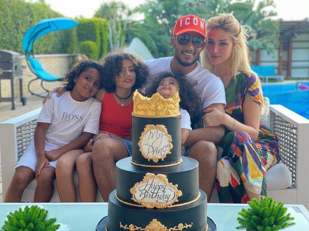 محمد رمضان مع عائلته وزوجته الشقراء