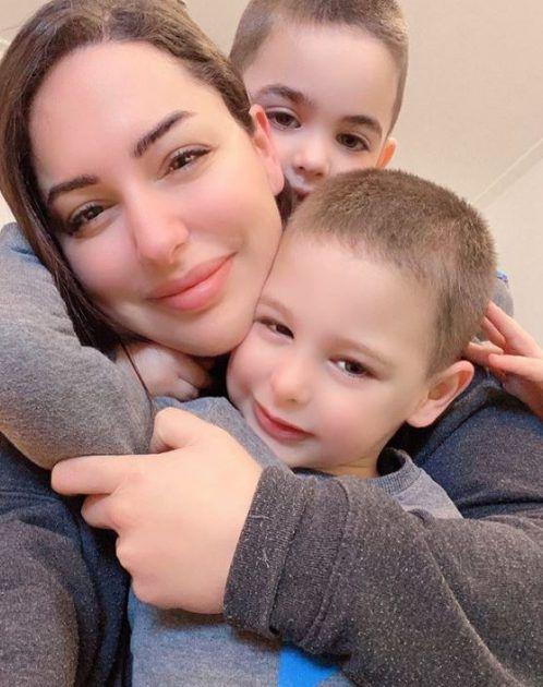 مي مطر مع طفليها اليتيمين
