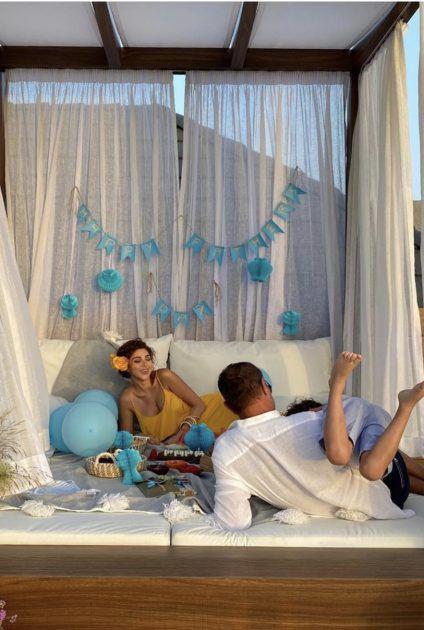 ميريام فارس على التخت مع ابنها وزوجها