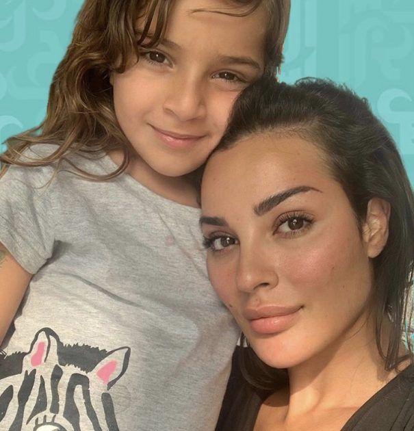 نادين نجيم تُقبل ابنتها وجمالهما لا مثيل له! - صور