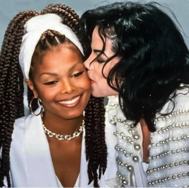 مايكل جاكسون وشقيقته