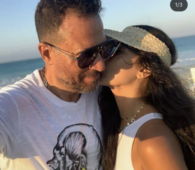 قبلة ماجد المصري وزوجته في عيد زواجهما - صورة