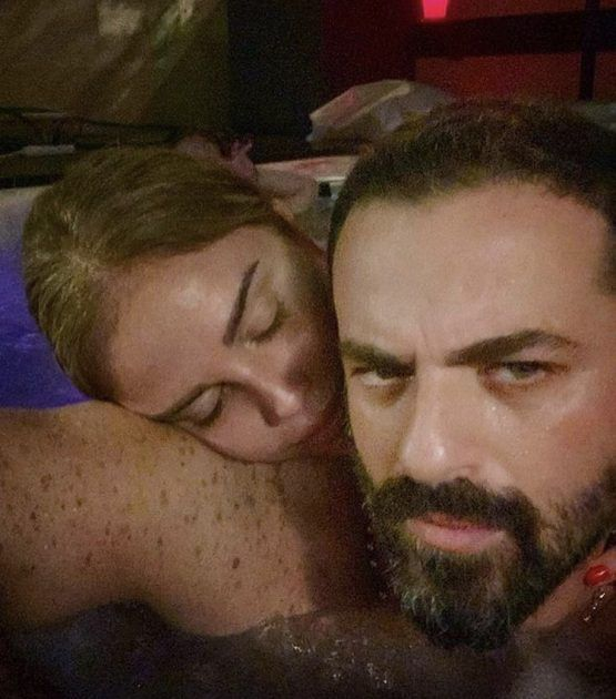 نيكول سابا نائمة على كتف زوجها - صورة