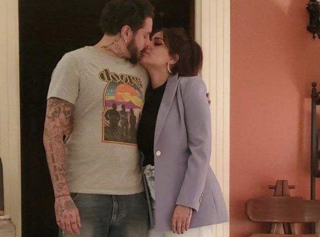 احمد الفيشاوي يقبل زوجته