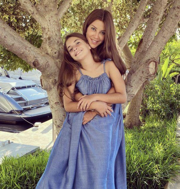 كارلا مع ابنتها
