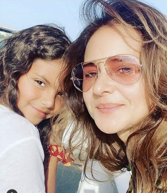 نيللي كريم مع ابنتها الصغرى ولا شبه! - صورة