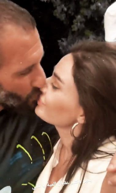 زوج سيرين يقبلها