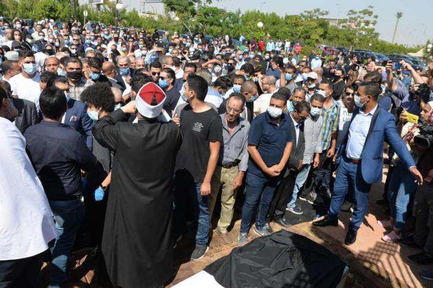 الشيخ يصلي على جثمان محمود ياسين
