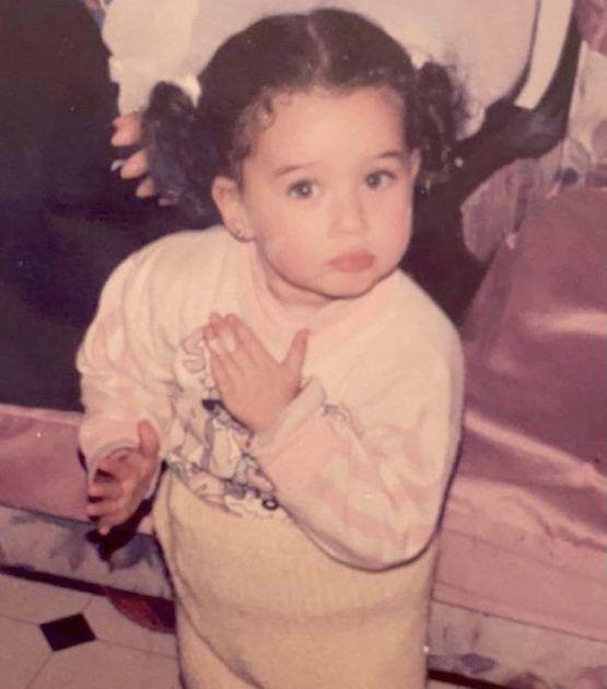 هنا زاهد في طفولتها وتلوم والدتها - صورة