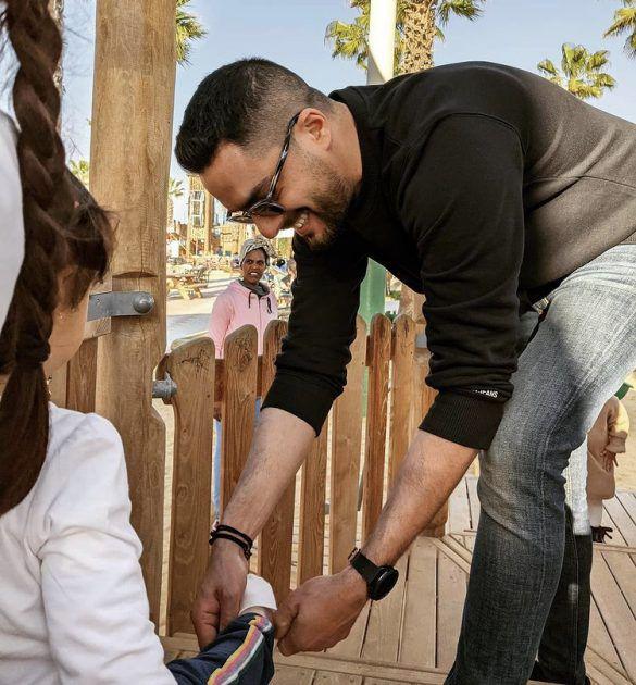 حسن الشافعي يركع لأجل ابنته - صورة
